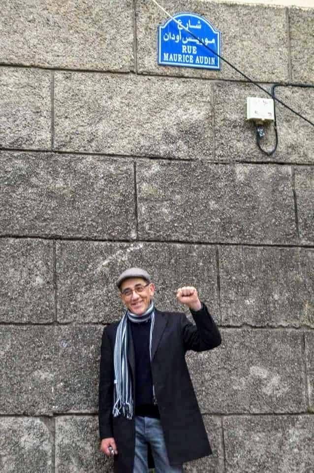 Pierre, le fils de Maurice Audin, devant la plaque de rue au nom de son père, inaugurée dans le vieux Bejaia, en 2018.